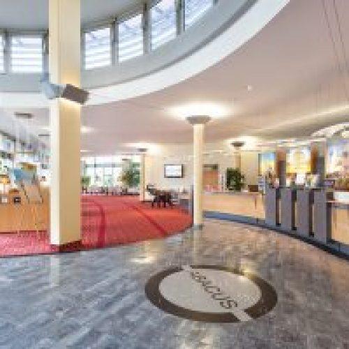 Hotel-Lobby-Richtung-Wintergarten-squashed-300x200